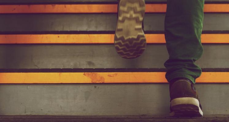 לעלות במדרגות